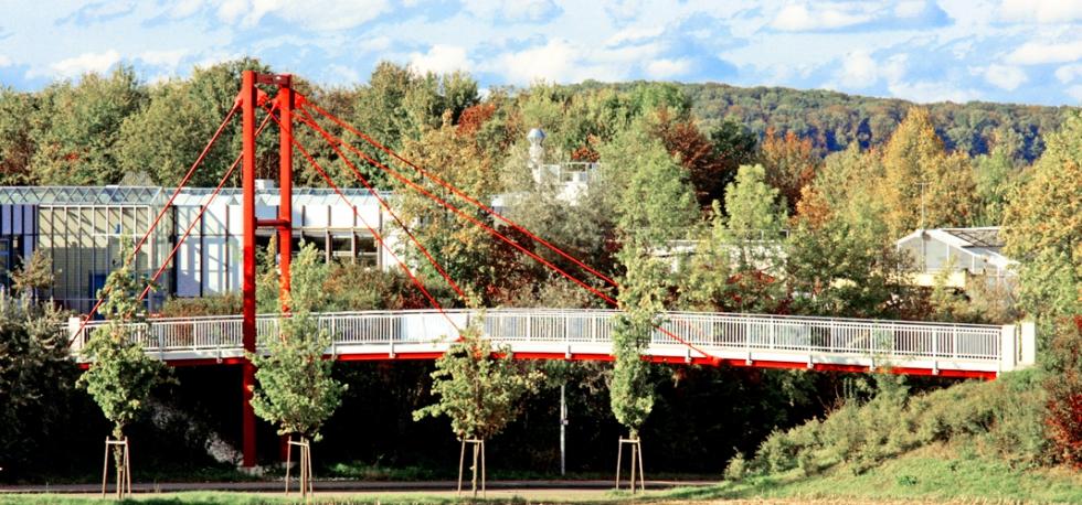 Filigrane Zugglieder System BESISTA tragen die Gehwegbrücke Göppingen