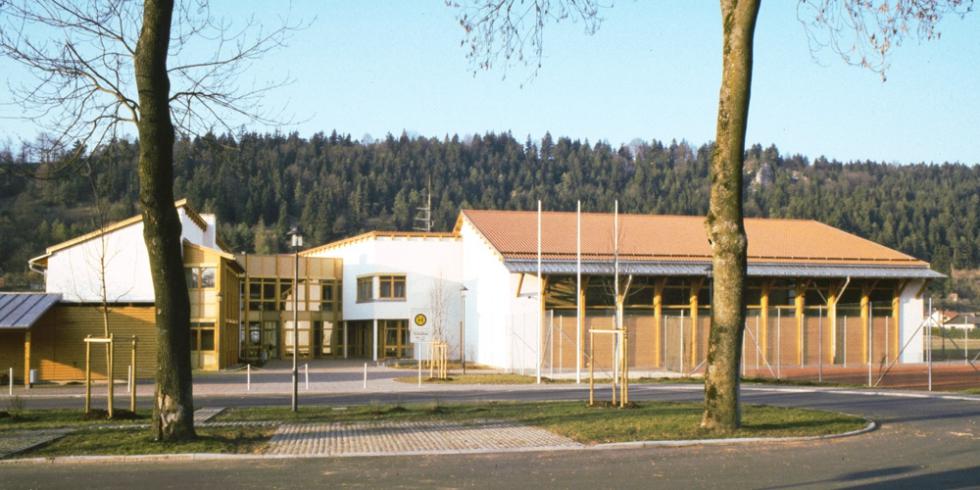 Zugstangensysteme BESISTA für den Holzbau im Gymnasium Kinding