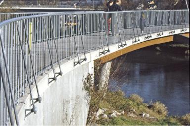 Sonderanker mit BESISTA Zugstab-Zugglied für ein Brückengeländer