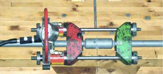 Vorspannsystem BVS-230 beim Vorspannen der Zugstabsysteme im Holzbau